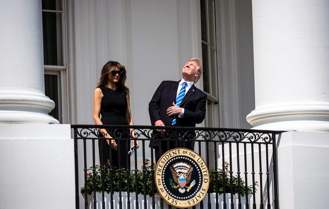 21 августа 2017 года жители США смогли наблюдать полное солнечное затмение, которое затронуло все штаты от восточного побережья до западного впервые за 99 лет. Президент США Дональд Трамп подвергся насмешкам в социальных сетях за то, что он наблюдал за солнечным затмением без защитных очков.