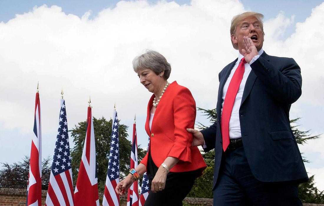 """12 июля 2018 года Дональд Трамп совершил первую поездку в качестве президента США в Соединенное Королевство. Трамп и британский премьер-министр Тереза Мэй ответили на вопросы журналистов в загородной резиденции премьер-министра Великобритании. """"Эта невероятная женщина проделывает фантастическую работу"""", - сказал Трамп о Мэй на совместной пресс-конференции."""