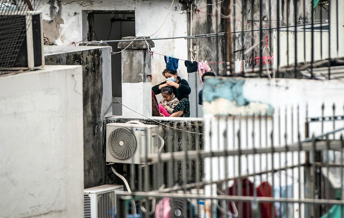 Правительство Гонконга в понедельник отменило локдаун квартала, где произошла вспышка COVID-19