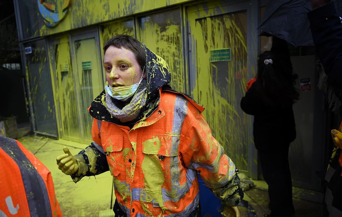 Рабочие нефтеперерабатывающего завода Grandpuis устроили акцию перед головным офисом компании Total в знак протеста против реорганизации, которая обернется массовыми сокращениями, и закрытия завода в Париже
