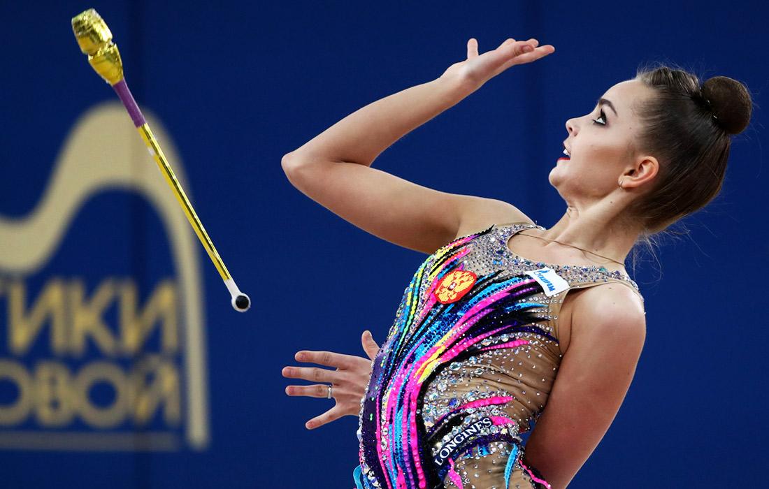 Гимнастка из России Арина Аверина во время упражнения с булавами в индивидуальном многоборье на этапе Гран-при Москвы по художественной гимнастике - 2021