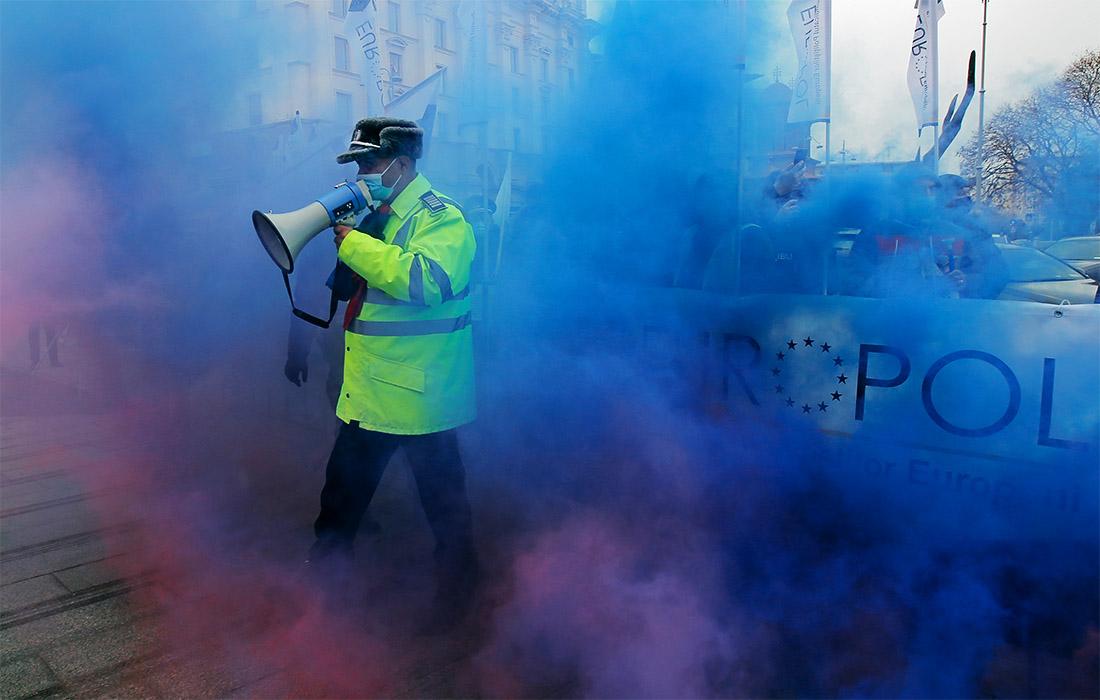 В Румынии полицейские устроили забастовку прямо перед зданием министерства внутренних дел. Они требовали улучшения условий труда и повышения заработной платы.