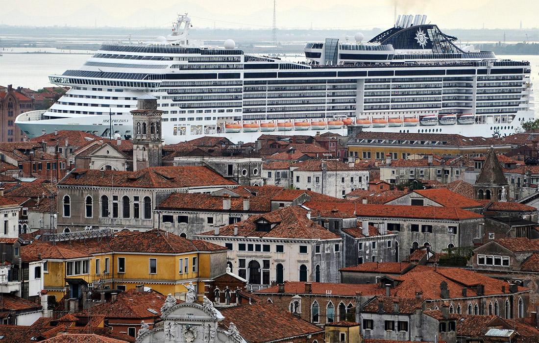 В Италии решили временно запретить транзит круизных лайнеров по каналу Джудекки в Венеции. Теперь лайнеры будут швартоваться в промышленном порту.