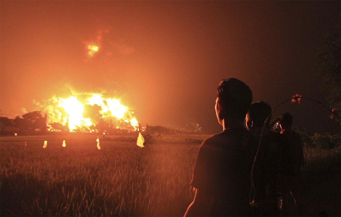 Более двадцати человек пострадали при взрыве на нефтеперерабатывающем заводе в Индонезии