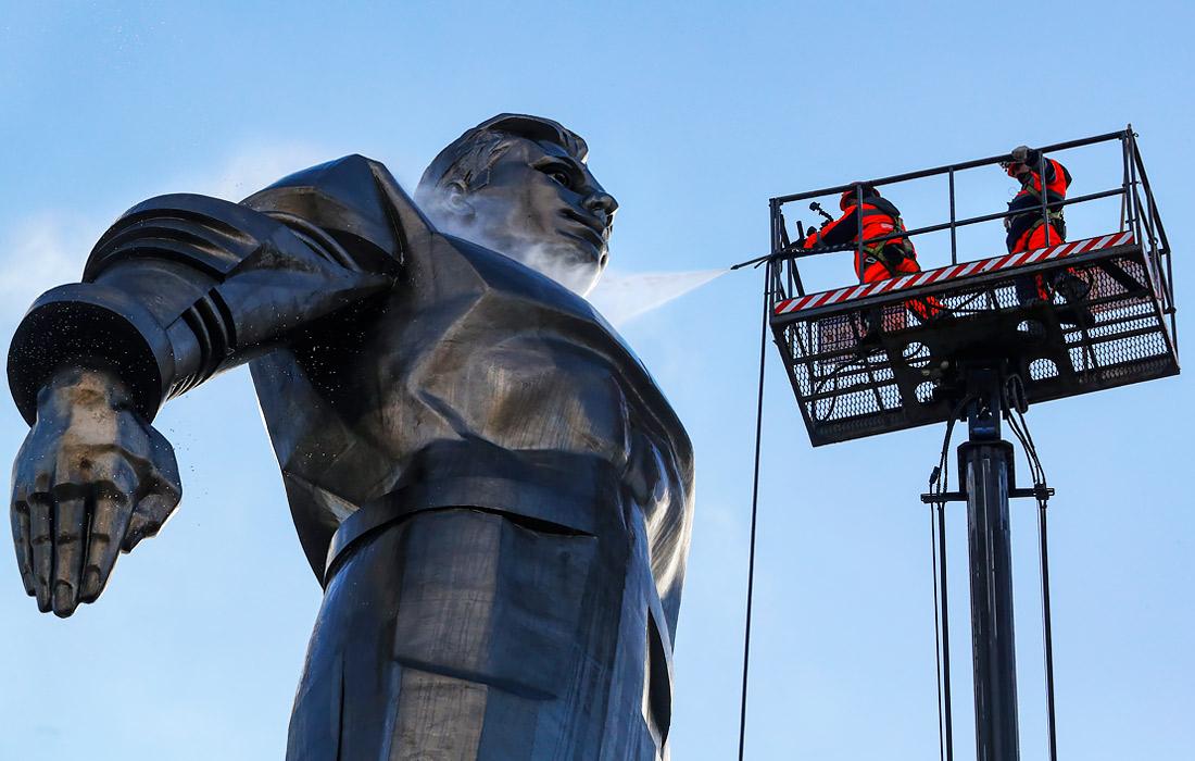 Памятник Юрию Гагарину в Москве помыли ко Дню космонавтики
