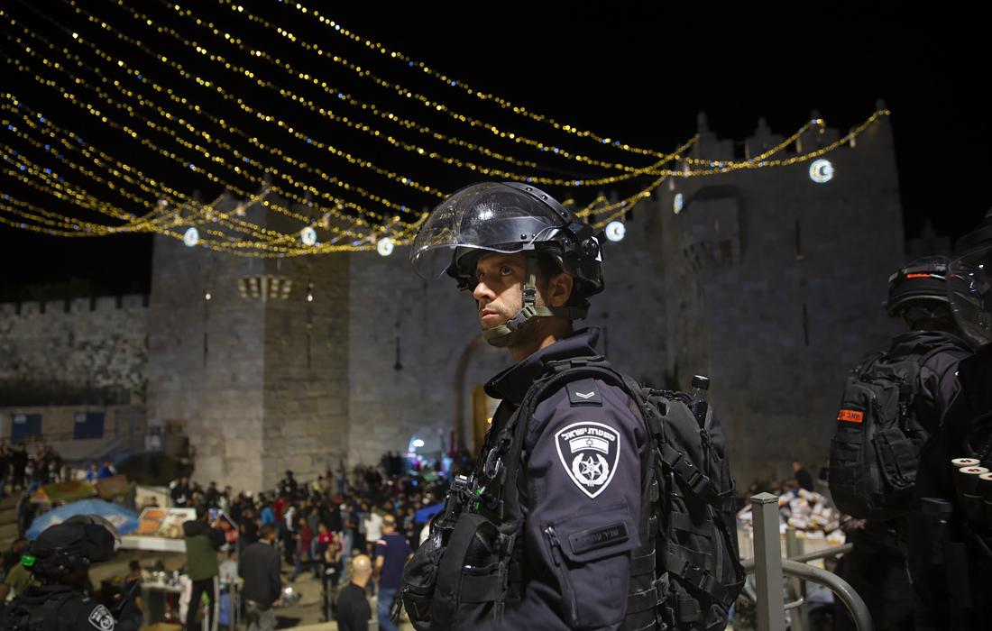 Au moins 215 Palestiniens ont été blessés lundi dans des affrontements près de la mosquée Al-Aqsa sur le mont du Temple à Jérusalem. Auparavant, les autorités avaient décidé de restreindre l'accès au mont du Temple en raison du fait que cette année, le jour de Jérusalem coïncide avec le mois sacré musulman du Ramadan.