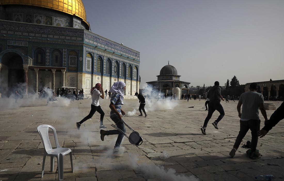 La police a utilisé des gaz lacrymogènes et des grenades assourdissantes contre les manifestants. Des vidéos sont également apparues sur les réseaux sociaux montrant des flashbangs tombant à l'intérieur de la mosquée Al-Aqsa.
