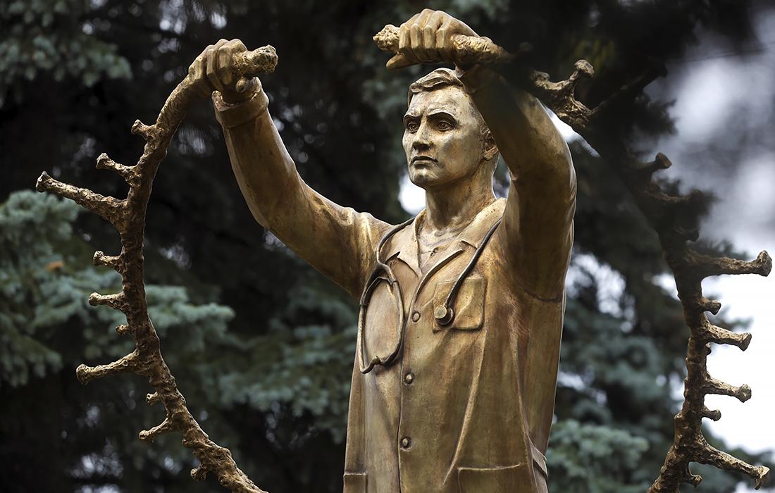 Памятник медикам, работающим в пандемию коронавируса, открыли в Челябинске
