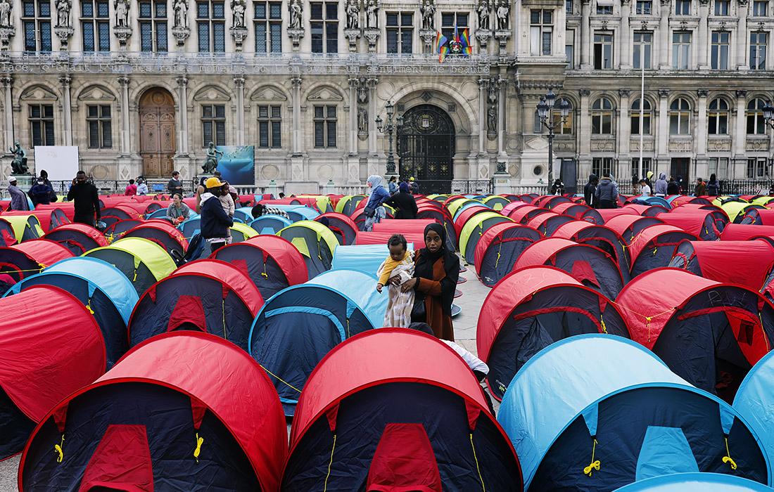 В Париже около 300 мигрантов установили палатки перед мэрией, требуя урегилировать жилищные проблемы