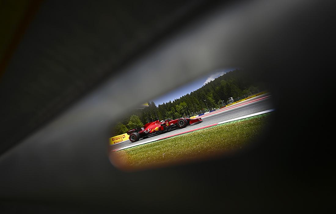 Пилот во время первой тренировочной сессии Гран-при Формулы-1 в Австрии
