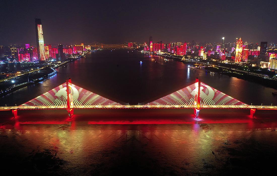 Световое шоу, посвященное 100-летию основания Коммунистической партии Китая, в Ухане