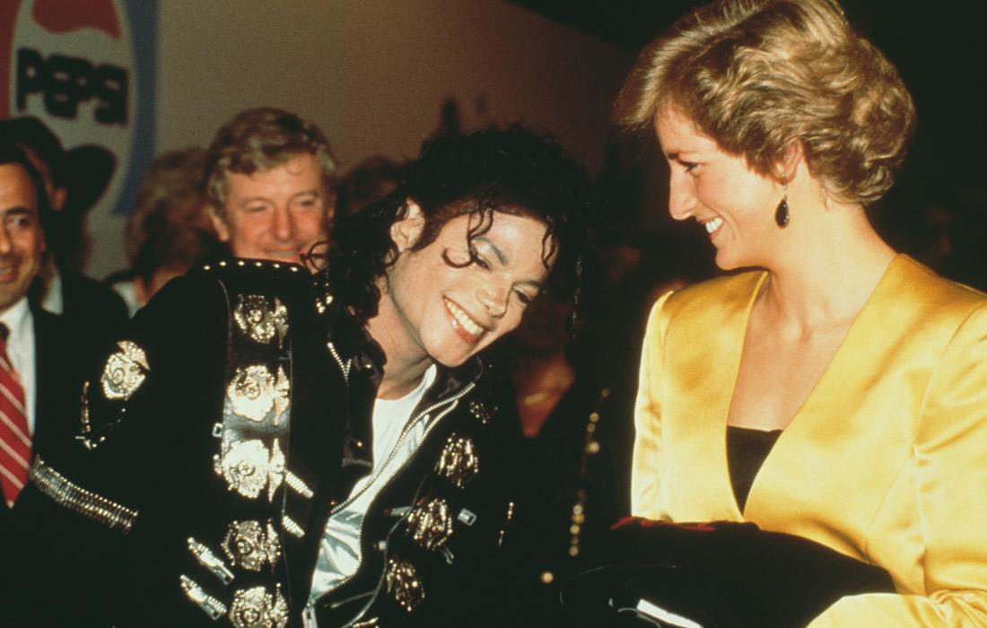 Принцесса Уэльская встречает певца Майкла Джексона за кулисами на стадионе Уэмбли в Лондоне. Июль 1988 года.