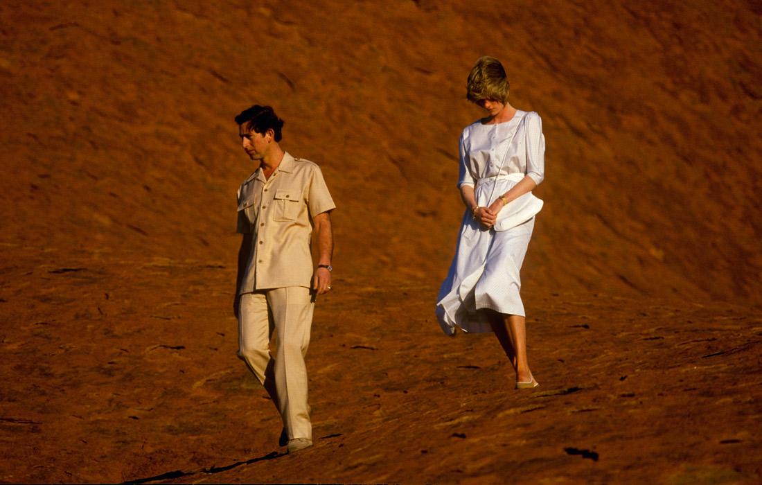 Принц Чарльз и принцесса Диана у подножья горы Улуру в национальном парке Австралии. Март 1983 года.