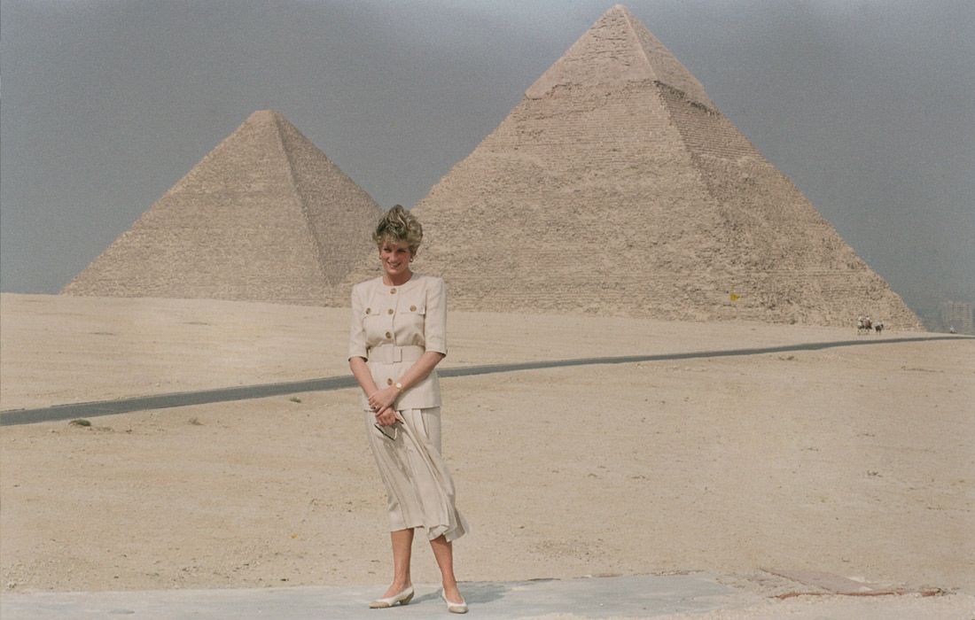 Диана у пирамид в Гизе. Египет. Май 1992 года.