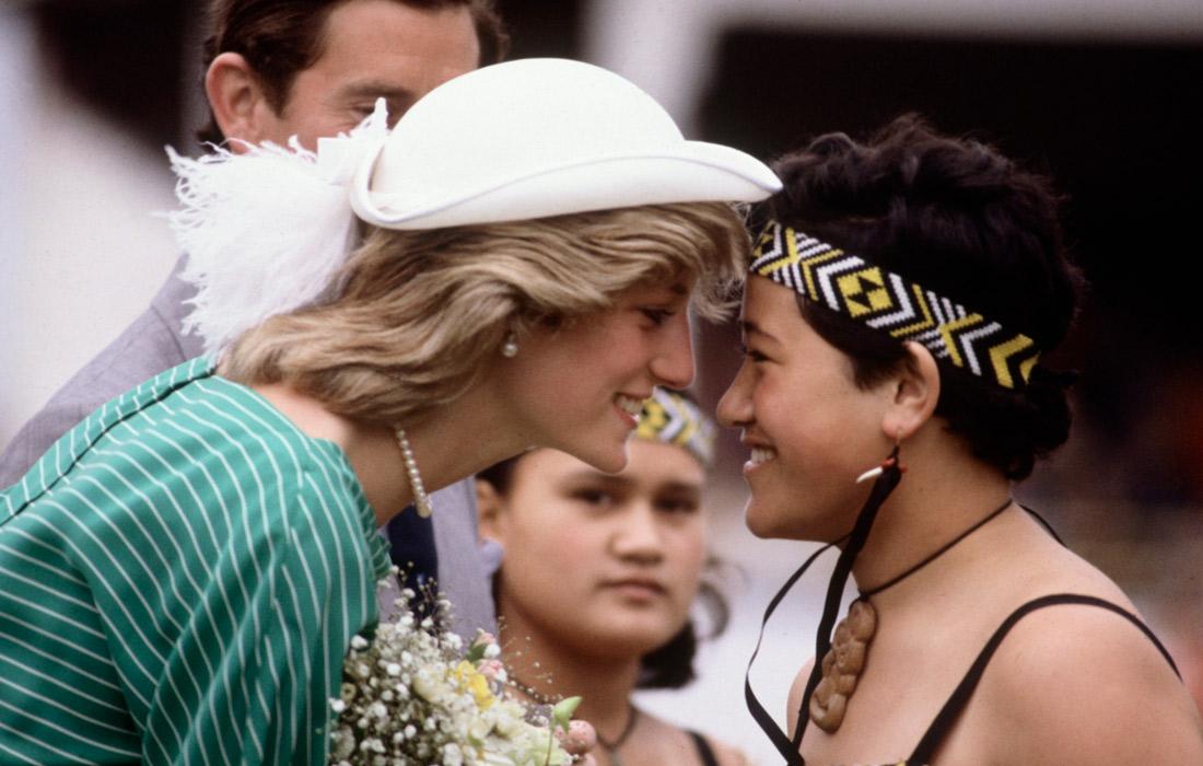 Диану приветствует представитель коренного народа Маори в Окленде. Новая Зеландия. Апрель 1983 года.