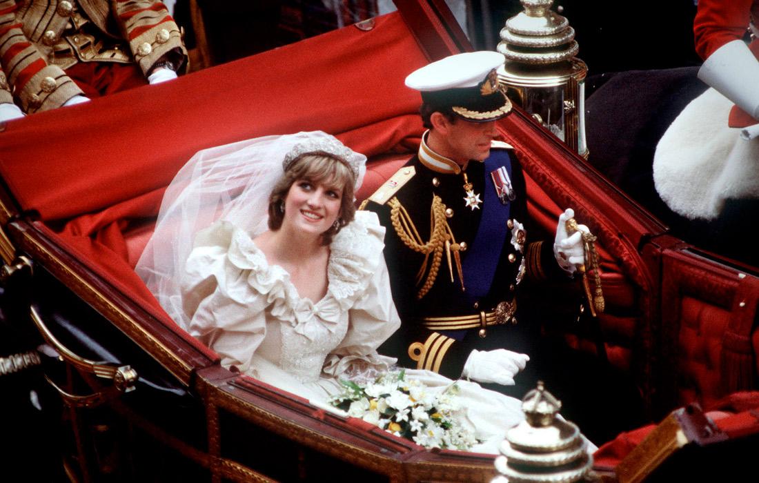 Принц и принцесса Уэльские возвращаются в Букингемский дворец после свадьбы. Июль 1981 года.