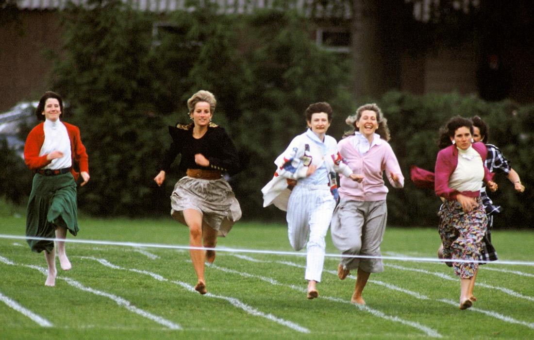 Принцесса Уэльская участвует в забеге матерей в день школьных спортивных состязаний. Англия. Июнь 1991 года.