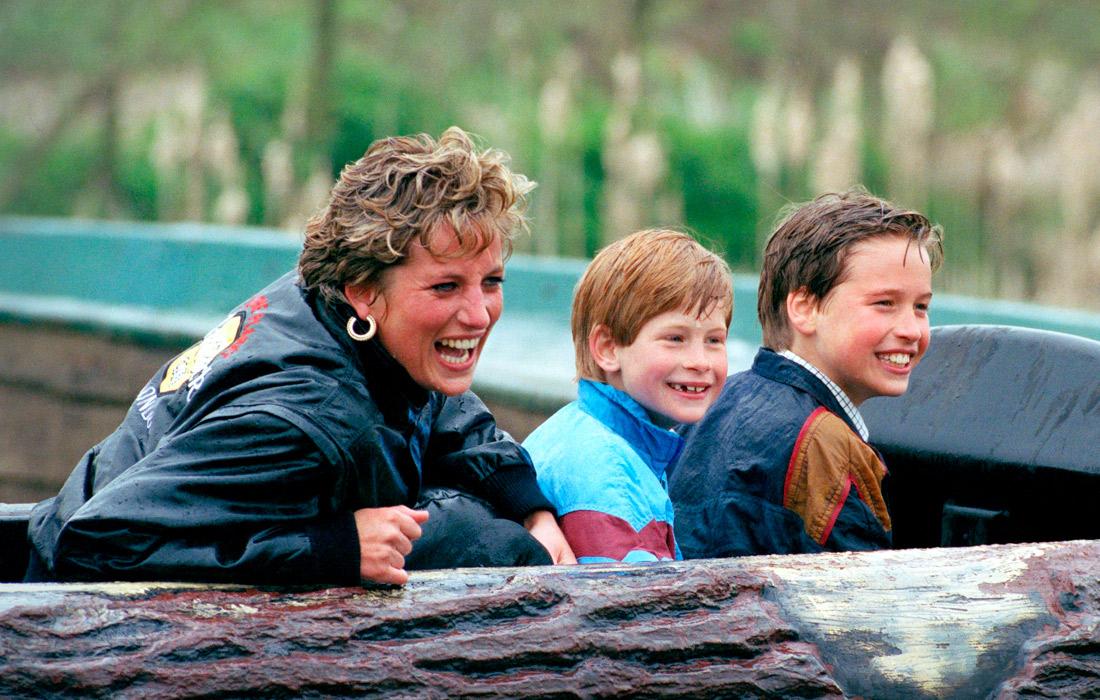 """Диана с сыновьями в парке развлечений """"Торп Парк"""" в графстве Суррей. Англия. Апрель 1993 года."""