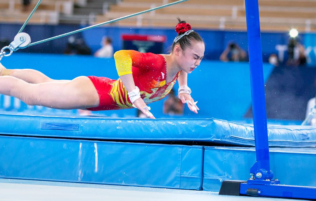 Гимнастка Юфэй Лу падает на маты