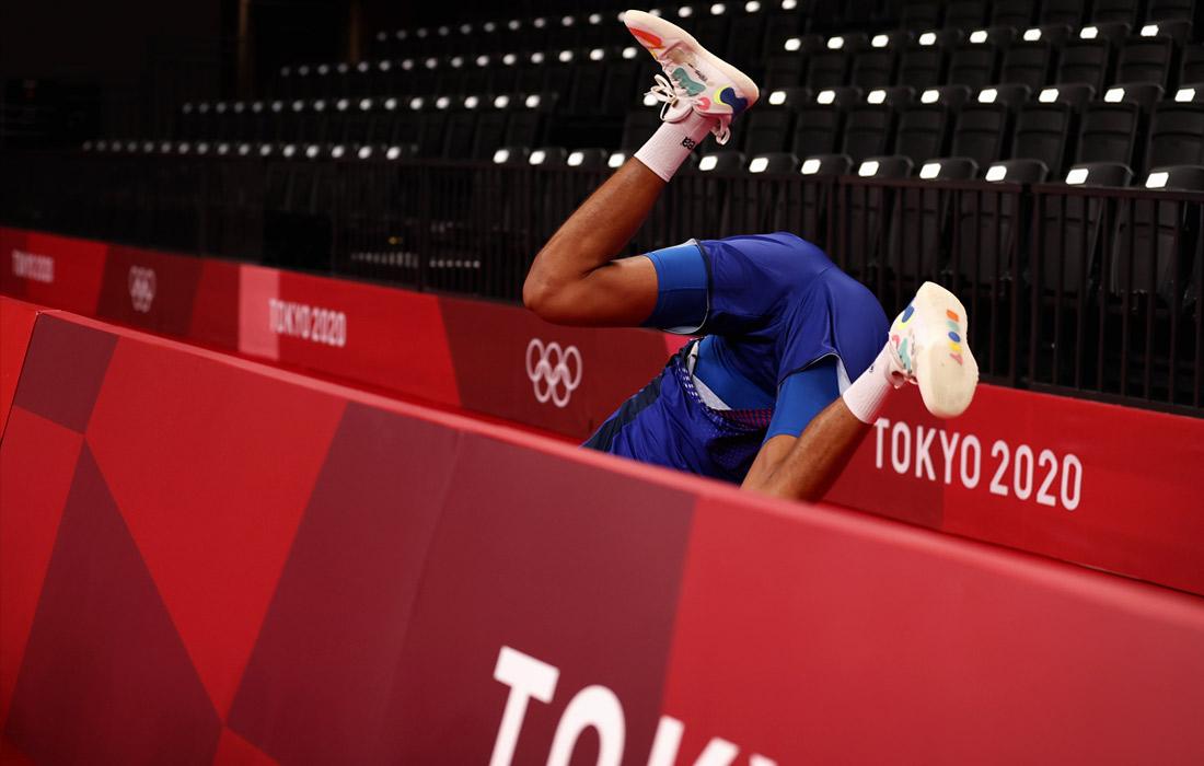 Игрок сборной Франции по волейболу Бартелеми Чинениезе падает за борт во время матча против команды Польши