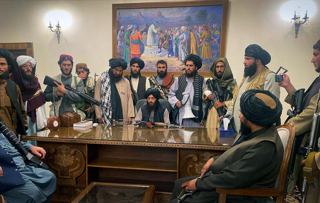 Официальные лица движения 'Талибан' заняли президентский дворец в Кабуле