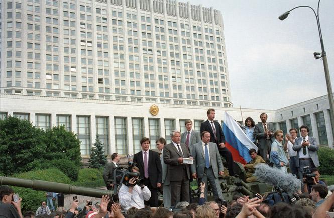 Ельцин берет на себя всю полноту власти на территории России