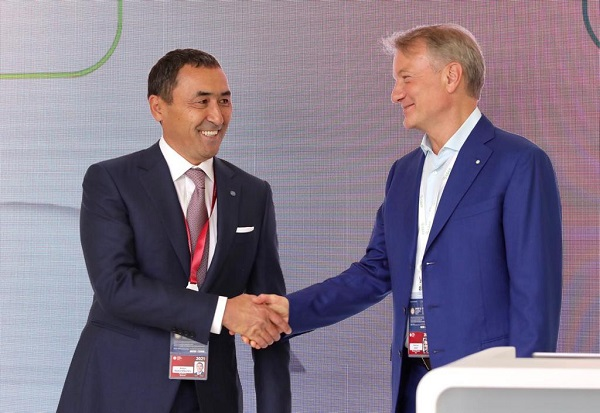 Греф и Рахимбаев подписали меморандум в рамках ПМЭФ