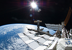 МКС угрожает облако мусора