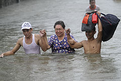 "Тайфун ""Несат"" уходит прочь"