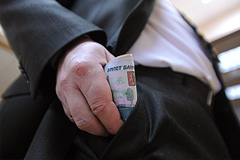Чиновникам запретили иметь счета за рубежом