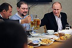 Владимир Путин выпил с болельщиками
