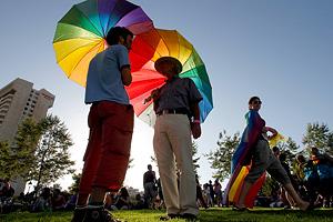 Госдума запрещает однополым парам усыновление