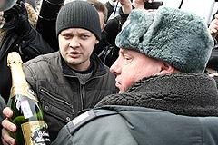 Бутылка шампанского - символ протеста
