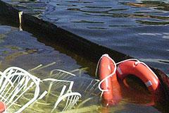 Катер опрокинулся и затонул