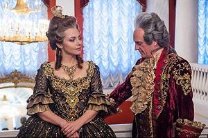 Первыми в парадном зале Екатерининского дворца - с песнями и плясками, принятыми в старину на народных масленичных...