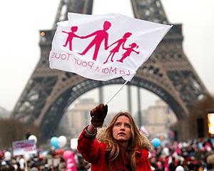 Французы не желают отдавать сирот геям