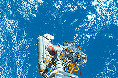 Астронавты отработали в открытом космосе