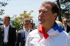 Медведев обсудил детский отдых