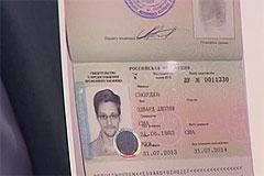 Сноудена пустили в Россию