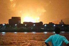 В индийском порту загорелась подлодка