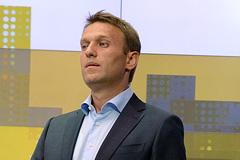Полицейские проверяют кошелек Навального
