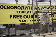 Активистов Greenpeace переводят в Петербург
