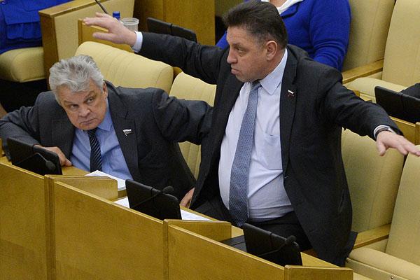 Член комитета Государственной Думы РФ по федеративному устройству и вопросам местного самоуправления Вячеслав Тимченко (справа) на пленарном заседании нижней палаты российского парламента.