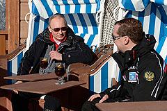 Путин и Медведев покатались на лыжах и выпили по глинтвейну