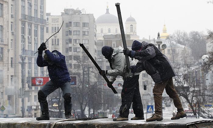 В Киеве возобновилось противостояние силовиков и активистов