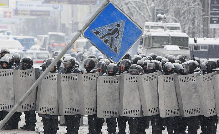 На улицу Грушевского в Киеве прибыла бронетехника