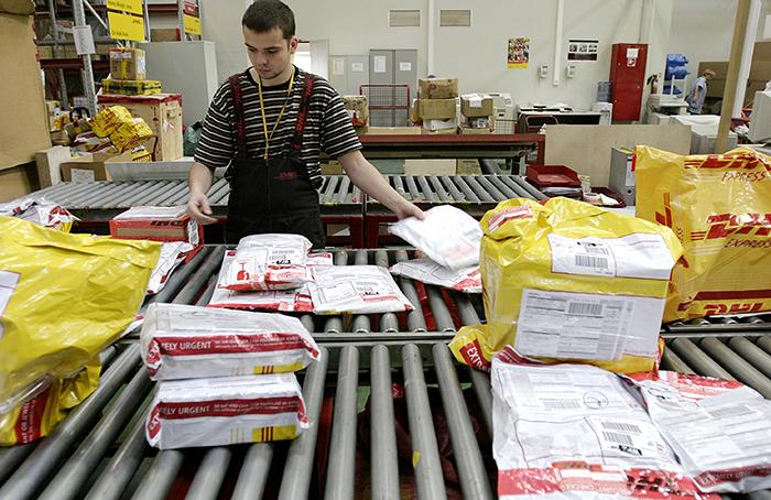 DHL возобновляет доставку посылок в Россию