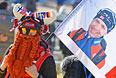 Болельщик норвежского биатлониста Уле-Айнара Бьорндалена, с портретом своего кумира, в Олимпийском парке в Сочи.