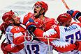 Российские хоккеисты радуются забитому голу в матче группового этапа между сборными командами США и России