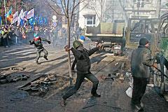 В центре Киева возобновились столкновения протестующих с милицией